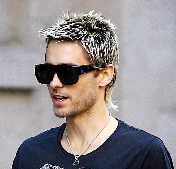 cabelo masculino com luzes platinadas