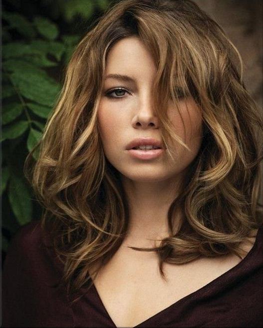 corte curto de cabelo médio feminino